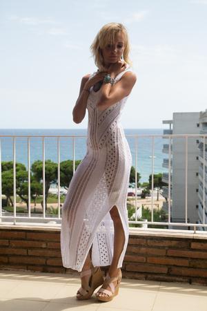 Lady in transparenten Spitzenkleid mit türkisfarbenem Schmuck