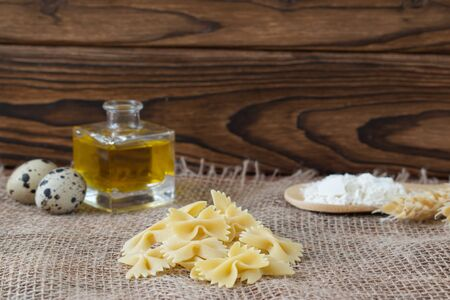 Dry pasta with ingredients for cooking: flour, butter, egg. Dinner Healthy eating Banque d'images