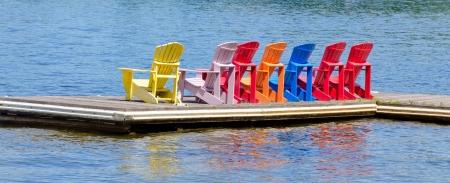 Chaises color�es sur un quai Banque d'images