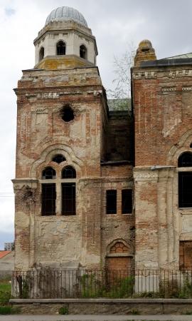 Dommages de guerre - deux grands trous dans le mur synagogue