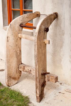 15609745-stare-drewniane-sanki-handmade-oparty-o-%C5%9Bcian%C4%99-domu.jpg