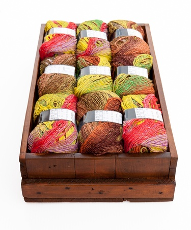 Colorful fil � tricoter dans une bo�te en bois Banque d'images