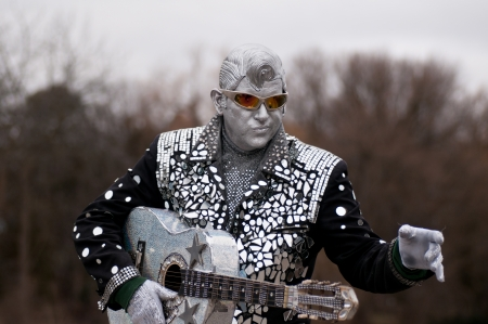 RICHMOND HILL, ONTARIO - FEBRUARY 4  An unidentified singer   performer   impersonator poses as a robot and sings at the  Winter Carnival on February 4, 2012 in Richmond Hill, Ontario, Canada   新聞圖片