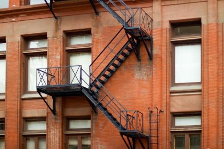 huir: Fuego exterior escalera de escape en un viejo edificio de ladrillo