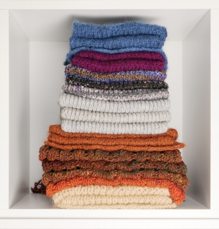 foulards: Pila Di Sciarpe a maglia Archivio Fotografico
