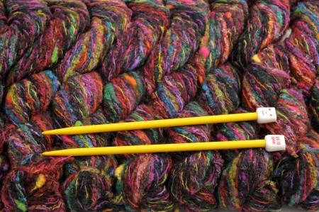 Colorful fil � tricoter et des aiguilles Banque d'images