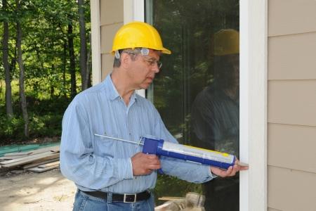 Travailleur de la construction avec un pistolet � calfeutrer Banque d'images