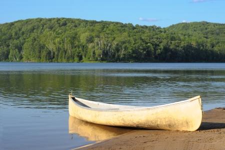 Oude kano op een meer Stockfoto