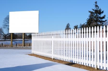 흰색 울타리와 간판