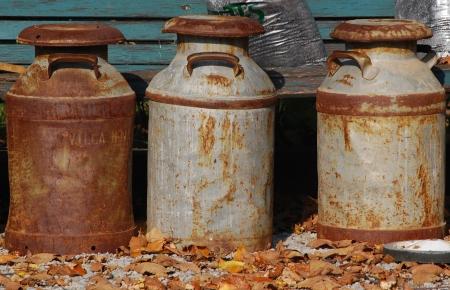 oxidado: Tres latas oxidadas