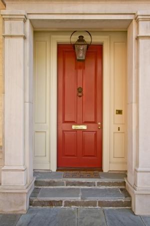 Maison rouge porte