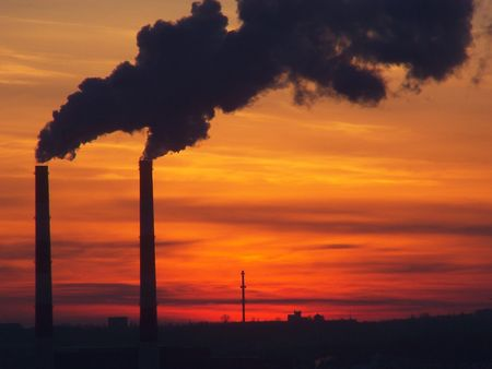 Industriële rook en heldere zonsondergang