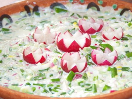 красноватый: Spring salad decorated with reddish. Made of onion, boiled eggs, reddish, cucumbers and sourcream,