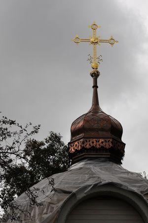 Oude kerk. Renovatie. Koper dom en gouden kruis. Stockfoto