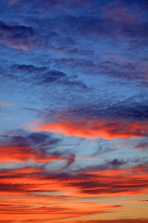 Kleuren van de schemering wolken. Blauw en oranje. Stockfoto