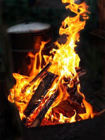 Brandend vuur. Open vuur. Avond. Koken pan.