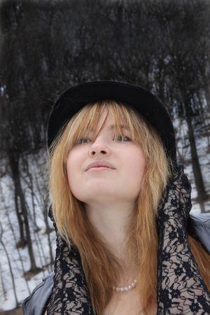 Portret van de heldere pretty meisje. Winter in de open lucht.