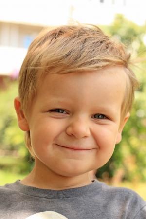 친절하게 웃는 어린 소년의 초상화