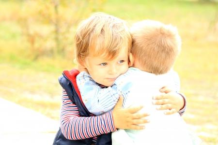 apoyo familiar: Retrato de dos hermanos menores Amistad y apoyo