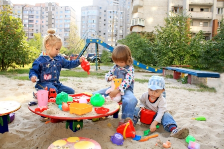 trois enfants: Portrait des enfants jolis petits jouer au terrain de jeux