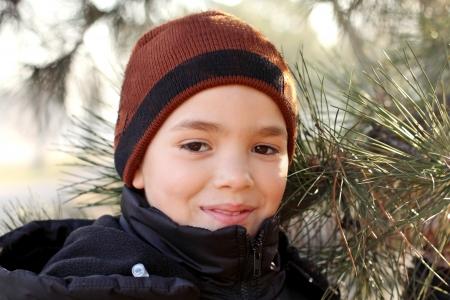Buiten portret van de knappe glimlachende tiener jongen Stockfoto