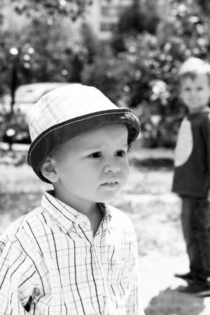 Buiten portret van de kleine mooie jongen op de wandeling