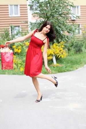Summer shopping van de mooie vrouw