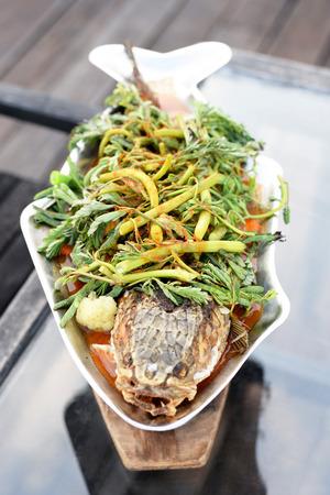 tamarindo: Comida tailandesa. amarga sopa con pescado y verduras mixtas. cabeza de serpiente gigante. Foto de archivo
