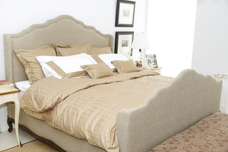 Una camera da letto grande e confortevole con un letto e un sacco di cuscini Archivio Fotografico - 13158410