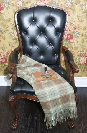 c�modas sillas tapizadas y una mesa de caf� con libros Foto de archivo - 14377733