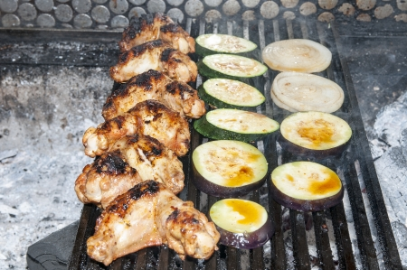 cocinar alitas de pollo a la parrilla en el restaurante photo