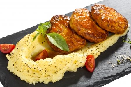 으깬: 으깬 감자와 당근 소스에 튀긴 커틀릿 스톡 사진
