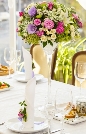 table cloth: bouquet on a table in a restaurant