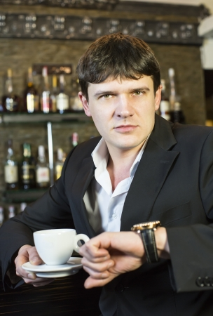 hombre tomando cafe: joven de beber caf�