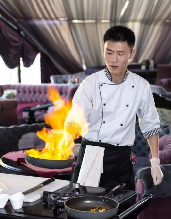 Chef giapponese preparare un pasto in un ristorante Archivio Fotografico - 24703960