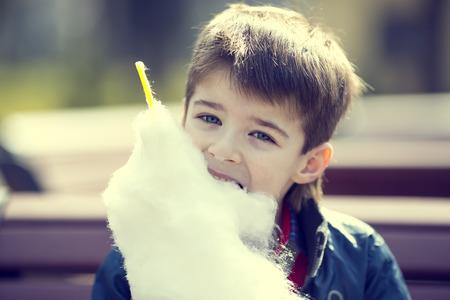 algodon de azucar: niños comiendo algodón de azúcar