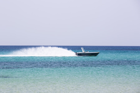 Boat floating on the waves of the sea Imagens