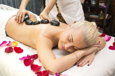 salon beauty: chica en procedimiento del masaje balin�s en el sal�n de belleza