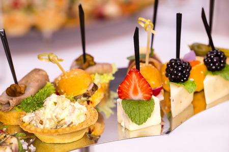 mariscos: Canapés de queso verduras carnes y mariscos Foto de archivo