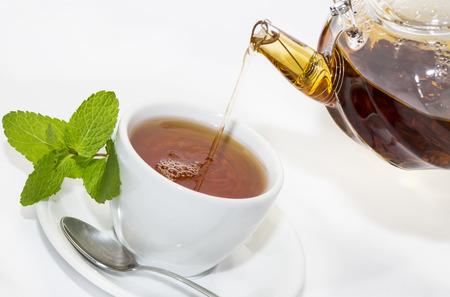 kettles: t� vierte de una tetera sobre un fondo blanco en el restaurante