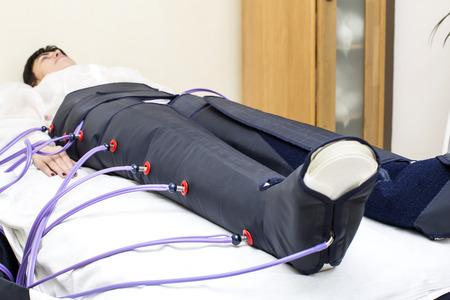 fisioterapia: mujer en la clínica para el tratamiento del procedimiento de terapia de presión