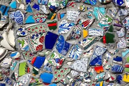 broken wall: pared con fragmentos de placas de cer�mica rotos de colores