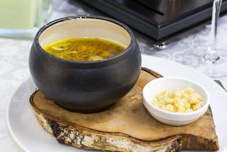 sopa de pollo: Sopa de frijoles y setas con guarnición de queso de cabra Foto de archivo