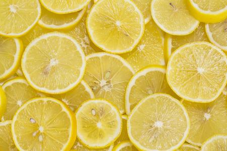 limón: fondo de limones maduros en rodajas Foto de archivo