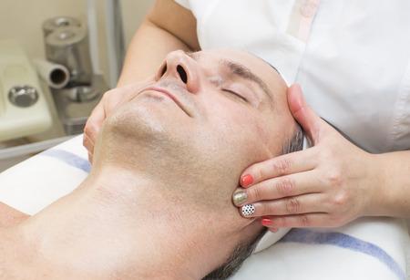 mujeres maduras: hombre en un sal�n de belleza facial y masaje