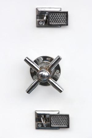 caja fuerte: puerta metálica con un bloqueo seguro y asa para abrir