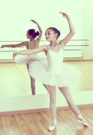 ballet: ni�a vestida como una bailarina en el ballet Foto de archivo