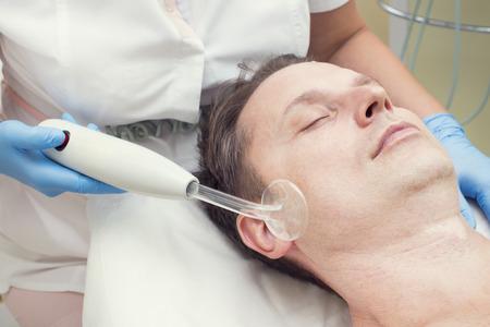 salon de belleza: hombre en un salón de belleza facial y masaje