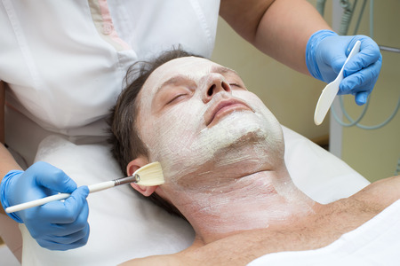 limpieza de cutis: hombre en un salón de belleza facial y masaje
