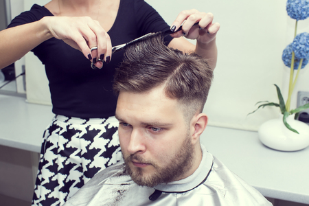 De jonge man bij de kapsalon kapsel make-model